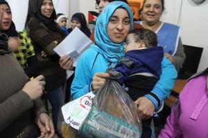 (シリア難民支援、乳幼児の育児用品配布)