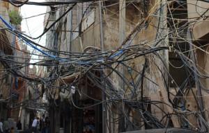 (レバノン国内のパレスチナ難民キャンプ。一時的なものとして建設された建物に増築が重なり、電線と配水管が重なり合う)